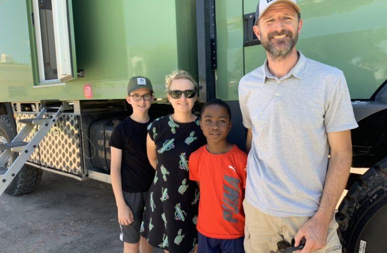 Una familia de Canadá estuvo de paso por Basavilbaso a bordo de su imponente camión