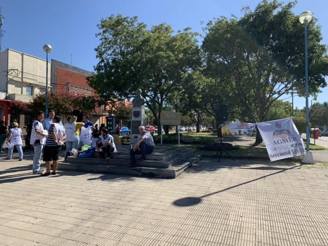 AGMER realizó una volanteada en la Plazoleta San Martín en el marco del paro docente por mejoras salariales
